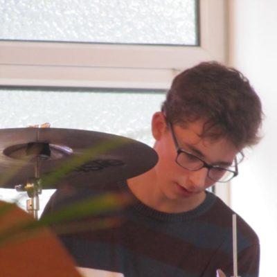 Manuel musiziert